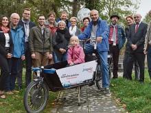 Grüne, ADFC und Sponsoren freuen sich über das neue Lastenfahrrad